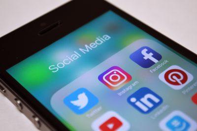 Publicar comentarios sobre la empresa en redes sociales